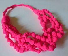 He encontrado este interesante anuncio de Etsy en https://www.etsy.com/es/listing/193565968/hot-pink-fabric-necklace-knotted-yarn