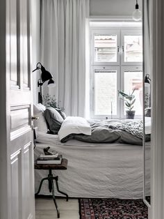 10 Mid-Century Bedroom Ideas You Need to Try Before the Summer Ends! Cozy Bedroom, Bedroom Inspo, Dream Bedroom, Bedroom Decor, White Bedroom, Scandinavian Interior Bedroom, Murs Roses, Mid Century Bedroom, New Room