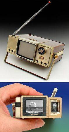 This black & white television was made … Sony 'Walkie Watchie' TV. Tv Vintage, Vintage Design, Retro Design, Radios, Tvs, Vintage Television, Television Set, Alter Computer, Dvd Regal