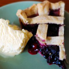 Blueberry Pie Recipe - There is nothing to beat a fresh blueberry pie. It doesn't need much: sugar, a bit of cornstarch to thicken all the nice juices and cinnamon. It's perfect with fresh berries, but still mighty fine with frozen ones. Fresh Blueberry Pie, Blueberry Pie Recipes, Blueberry Picking, Blueberry Cobbler, Pie Dessert, Dessert Recipes, Fruit Recipes, Delicious Recipes, Sweets