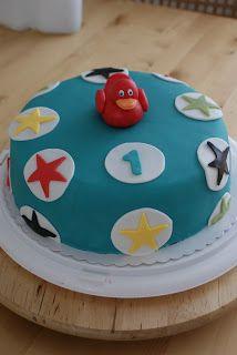 Pieni Iivari poika täytti vuoden ja sain pyynnön toteuttaa kakkuja hänen juhliinsa. Toiveena oli että yhtä kakkua koristaisi punainen k...