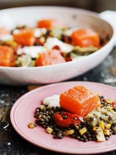 Linsensalat mit gebeizten Lachs, confierten Tomaten und Auberginendip