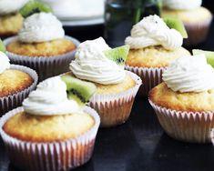 Prøv noget nyt, når det kommer til muffins. Lav citronmuffins, der er friske og saftige, og smør en kiwicreme på toppen. De er ikke til at stå for!