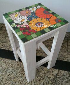 Banco feito de palet com mosaico em pastilhas de vidro e azulejos. www.facebook.com/CacarecoArteMosaico