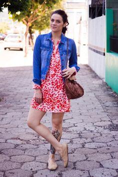 Também vale o contrário: a alpargata bege deixa o vestido vibrante mais casual. | 35 ideias para criar looks estilosos sem usar salto