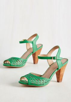 Best-Stepped Secret Heel in Clover by Restricted -Modcloth - wow greeeeeen Vintage Inspired Shoes, Vintage Style Shoes, Vintage Heels, Vintage Outfits, Retro Vintage, Retro Heels, Vintage Clothing, Sock Shoes, Cute Shoes