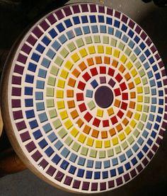 Banquinho de madeira maciça, forte e resistente que suporta até 120kg, altura de 25 cm e diâmetro do assento é de 22cm  Neste modelo apliquei as pastilhas usando 7 cores R$50,40