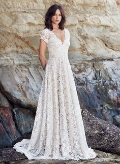 LAST MINUTE CHOICE: Boho lace wedding dress with flared skirt and v-neckline, full front.