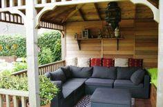 Prieel inrichting met een lounge bank en kleurrijke kussens