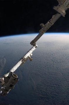 CanadArm2 poses over a completely undercast sky. Il CanadArm2, in posa sopra un cielo completamente coperto. pic.twitter.com/S2DtjvVu9V