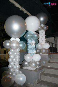 Columnas de 2 metros combinando blanco y plata para un cumpleaños muy especial en Sala B 67 (antigua Sala Boss).