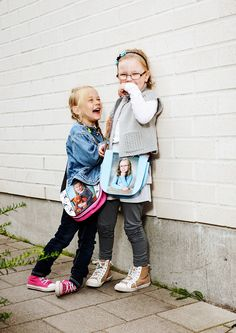 Voihan käkätys! www.kuvaverkko.fi #olkalaukku #laukku #valokuva #muotokuva #lapsikuva #päiväkotikuva #koulukuva #kuvaverkko #rakkaat #leikitään #leikitäänyhdessä #ulkoleikki #leikki #klassikko #kaverit #bestikset #syksy #huvinvuoksi #käkätys #hihitys #giggles