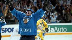 Teemu Selänne tuulettaa surullisen kuuluisassa Ruotsi-ottelussa 2003.