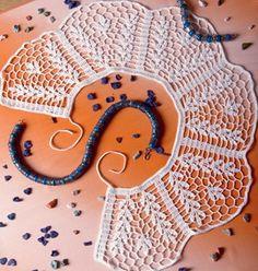 Схемы ажурных воротников крючком  В статье приведены две схемы для вязания красивых ажурных воротников крючком. Воротники связаны из пряжи белого цвета. Оба воротника имеют завязку сзади.