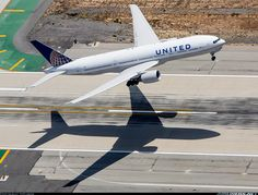 United Airlines Boeing 777-222/ER and a perfect shadow at LAX