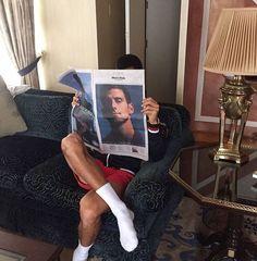 Djokovic bromista, como siempre.   Ver todas las fotos: decronopios.com/2016/08/04/atletas-leyendo/