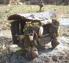 Fairy caravan - inspiration only, but I love all the natural materials used here - a bit of bark or tree round for roof, acorns for wheel hubs, etc. - great detail and by the size of the key obviously very tiny - well done Mini Fairy Garden, Fairy Garden Houses, Fairy Gardening, Fairies Garden, Fairy Village, Fairy Garden Furniture, Miniature Fairy Gardens, Miniature Rooms, Miniature Dollhouse