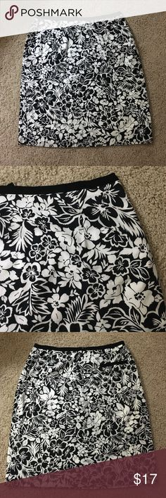 "Black and white floral pencil skirt knee length Fun black-and-white lined floral pencil skirt in a size 4.   Dimensions include 28"" waist, 36"" hips, and 20"" length. Features include solid black waistband back zipper and back accent pocket. fabric is 100% cotton and lining is cotton poly blend. Casual Corner Skirts Pencil"