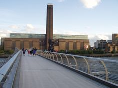 Tate Modern from the Millennium Bridge in London. One of my favorite places there. If you were to turn around you would be looking right at St. Tate Modern Gallery, Tate Modern Art, Tate Gallery, Tate Modern Museum, Tate Modern London, Modern Bookends, Millennium Bridge, Architectural Sculpture, British Museum