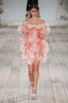 Kaia Gerber commands attention in a dramatic pink featured dress at Alexander McQueen's PFW show Fashion 2020, High Fashion, Fashion Show, Fashion Design, Women's Fashion, Fashion Weeks, Fashion Details, Daily Fashion, Dress Fashion