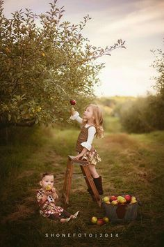 25 Fall Family and Children Pictures. Last night I posted 25 stunning fall portraits and I felt it was much needed to split portraits from family. Fall Family Pictures, Children Pictures, Fall Photos Kids, Family Pics, Country Family Photos, Farm Family, Photo Halloween, Halloween Shirt, Halloween Face