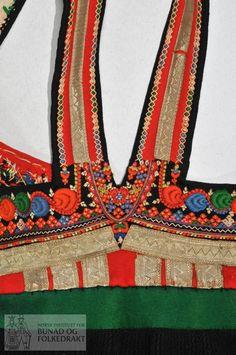 Dei to høgdene midt framme er dei breiaste, dei fire bak er plisserte. Traditional Clothes, Crochet Necklace, Europe, Fire, Costumes, Embroidery, Fashion, Hipster Stuff, Moda