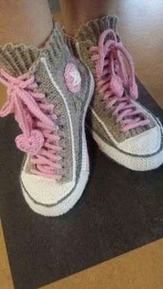 Reaverse star edition slipper sock pattern (written in german and dutch/ modèle maintenant aussi en français - ropa, vacaciones y más Crochet Boots, Crochet Clothes, Crochet Baby, Knit Crochet, Knitted Slippers, Slipper Socks, Converse En Crochet, Converse Slippers, Knitting Patterns