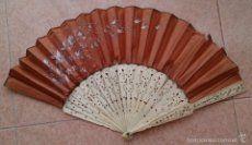 Magnífico abanico antiguo en seda natural pintado al oleo y varillas de marfil labrado, Siglo XIX .