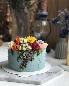 Cake decorating idea: pale slate blue buttercream with ornate buttercream flowers. Pretty Cakes, Cute Cakes, Beautiful Cakes, Amazing Cakes, Bolo Floral, Floral Cake, Buttercream Flowers, Buttercream Cake, Cake Inspiration