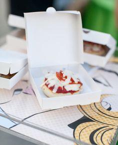 20 Mouthwatering Miniature Food Ideas: mini pizza in a small box   Photo: Allison Maginn Photography