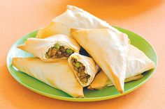 Try our curry beef pastries for a tasty starter that& easy on the purse. Mince Recipes, Healthy Recipes, Healthy Meals, Healthy Food, Yummy Food, Lumpia Recipe, Minced Meat Recipe, Tacos, Lunch Snacks