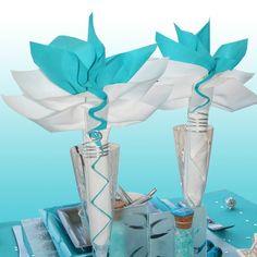 Pliage-serviette-fleur-turquoise-et-blanche