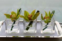 Jarrones de cristal con flores sumergidas: orquídeas