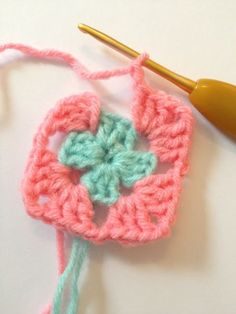 Karen Klarbæks Verden: Granny Square step by step Crochet Stitches For Beginners, Crochet Videos, Granny Square, Half Double Crochet, Learn To Crochet, Free Crochet, Needlework, Crochet Necklace, Crochet Patterns
