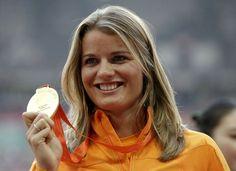 Dafne Schippers toont trots haar gouden plak.