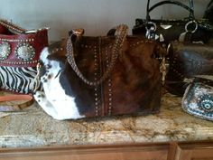 I sooooooo want it! Cowhide Bag, Crochet Shoulder Bags, Denim Tote Bags, Western Purses, Belt Purse, Boho Bags, Mk Bags, Vintage Purses, Beautiful Bags