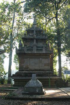 Le temple de Cangkuang, (Candi Cangkuang), est un temple hindouiste situé à Java occidental, au nord du volcan Guntur. Pendant longtemps, Cangkuang a été le seul temple de la période hindou-bouddhique indonésienne découvert en pays sundanais.