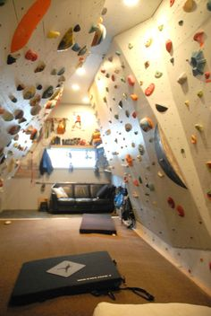 This Family Wanted To Renovate Their House, So They Built This Epic Climbing Wall In One Of The Rooms. Dream home gym decor: indoor rock climbing wall. Rock Climbing Training, Rock Climbing Workout, Casa Rock, Indoor Climbing Wall, Rock Climbing Walls, Bouldering Wall, At Home Gym, My New Room, Building A House