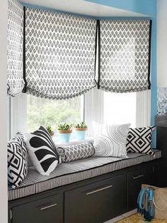 almofadas banco janela preto e branco e cortinas