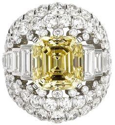 CARTIER. Bague - platine, un diamant jonquille taille émeraude de 10.20 carats, diamants taille baguette, brillants. #Cartier #CartierSecretsEtMerveilles #2009 #HauteJoaillerie #FineJewelry #HighJewellery #YellowDiamond #Diamond