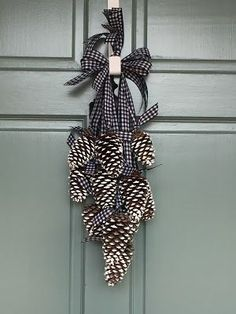 Simply LKJ: Pinecone Door Hanger~Winter Door Decor - Decoration For Home Pine Cone Art, Pine Cone Crafts, Xmas Crafts, Christmas Projects, Fall Crafts, Pine Cone Wreath, Christmas Ideas, Christmas Holiday, Paper Crafts
