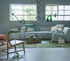Shop deze stijl: grijze bank met groene accessoires   Shop the look: grey couch with green accessories