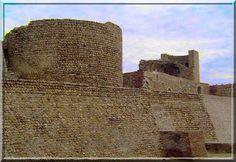 """Canet en Roussillon est une station balnéaire au bord de la médterranée où les vacanciers se """"rotissent"""" au soleil. Mais pour un curieux personnage comme moi, c'est surtout un bourg possédant un magnifique château fort en galets roulés... Je vous propose la visite d'un site millénaire aux multiples surprises."""