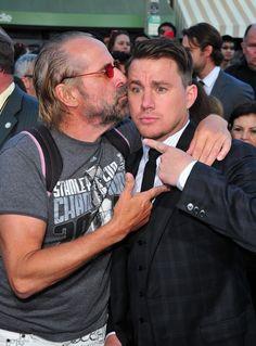 Pin for Later: Channing Tatum und Jonah Hill feiern auf dem roten Teppich eine Party  Channings Co-star Peter Stormare gab ihm einen Kuss.