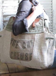 Dimensions :Largeur 60cm, hauteur 40cm ( sans les anses )Mélange de chanvre, toile de jute et toile militaireDoublé de toile à matelasUne poche extérieureUne poche intérieureAnses en cuir vintage