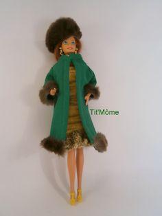 manteau vert en jersey bordé de fourrure avec toque assortie