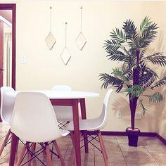Liiiiiinda a decor da @fraanguarnieri as queridinhas Eames ficaram um verdadeiro atraso na sala de jantar. Ambiente arejado simples e aconchegante. Parabéns pelo bom gosto