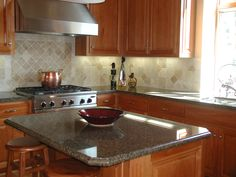 die besten 25 grauer granit tische ideen auf pinterest k chen granitarbeitsplatten wei er. Black Bedroom Furniture Sets. Home Design Ideas