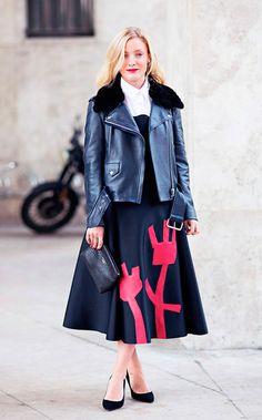 Street style look vestido midi com jaqueta couro e scarpin vermelho