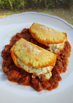 Cheesy Biscuit Lasagna - Biscuits stuffed with cheese and baked in a meat sauce - all the flavors of lasagna that is ready in under 30 minutes! Everyone LOVED this casserole! Fun twist to traditional lasagna. I Love Food, Good Food, Yummy Food, Tasty, Great Recipes, Dinner Recipes, Favorite Recipes, Easy Recipes, Italian Dishes